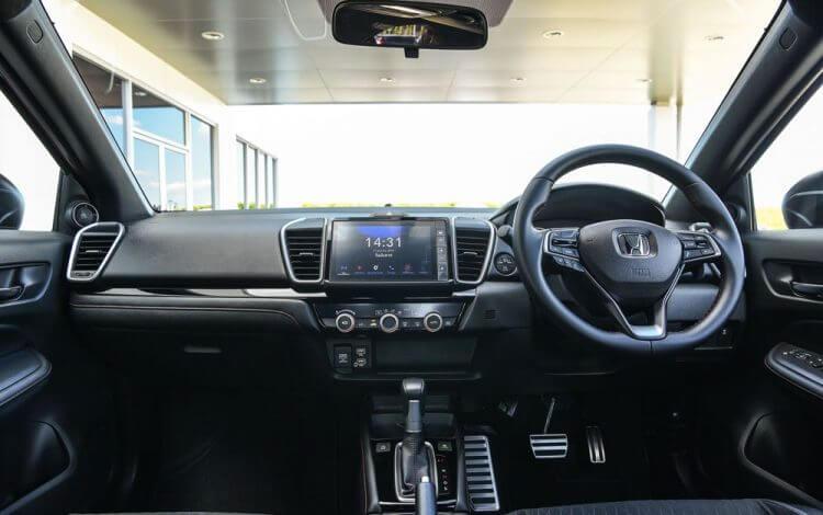 So sánh Mazda 3 và Honda City về tiện nghi nội thất