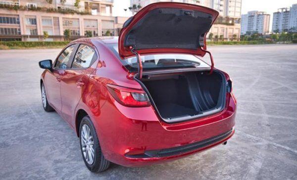 Đánh giá Mazda 2 AT 2020 khoang hành lý