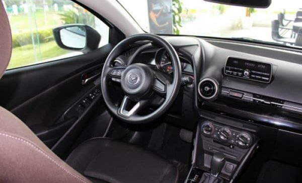 Đánh giá Mazda 2 AT 2020 vô lăng xe