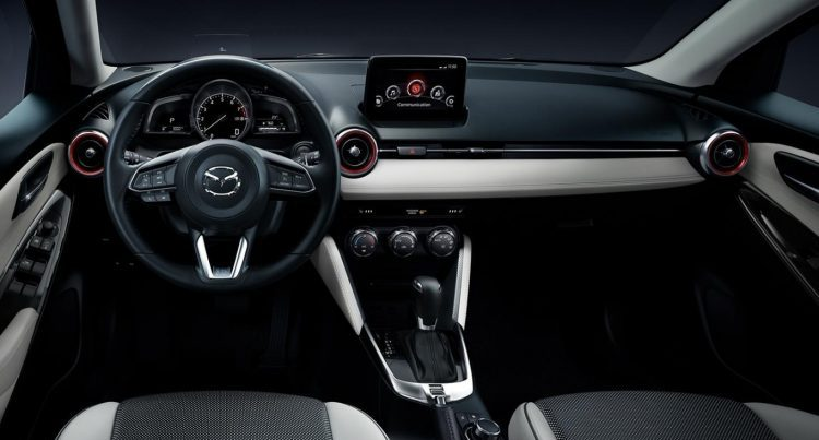 Đánh giá khoang lái Mazda 2 Hatchback 2020