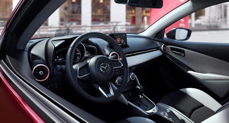 Đánh giá khoang lái Mazda 2 Hatchback 2020 nhìn từ bên ngoài