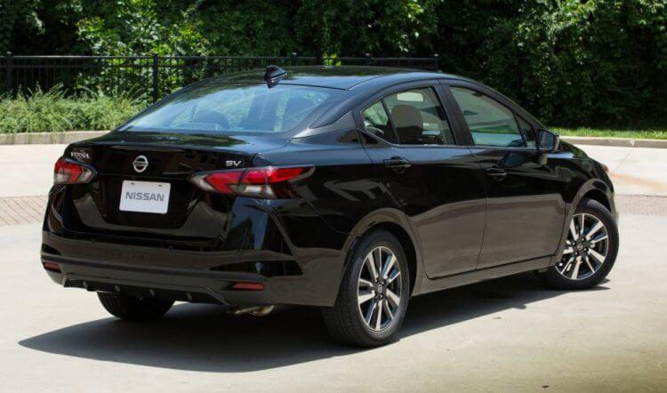So sánh xe Nissan Sunny và Toyota Vios về thiết kế đuôi xe