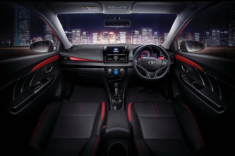 So sánh Vios và Mazda 3 về khu vực lái
