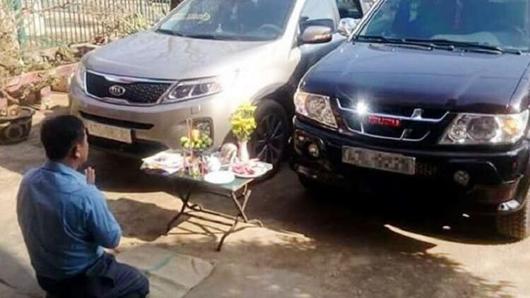 Cúng xe mới trong nhà hay ngoài sân
