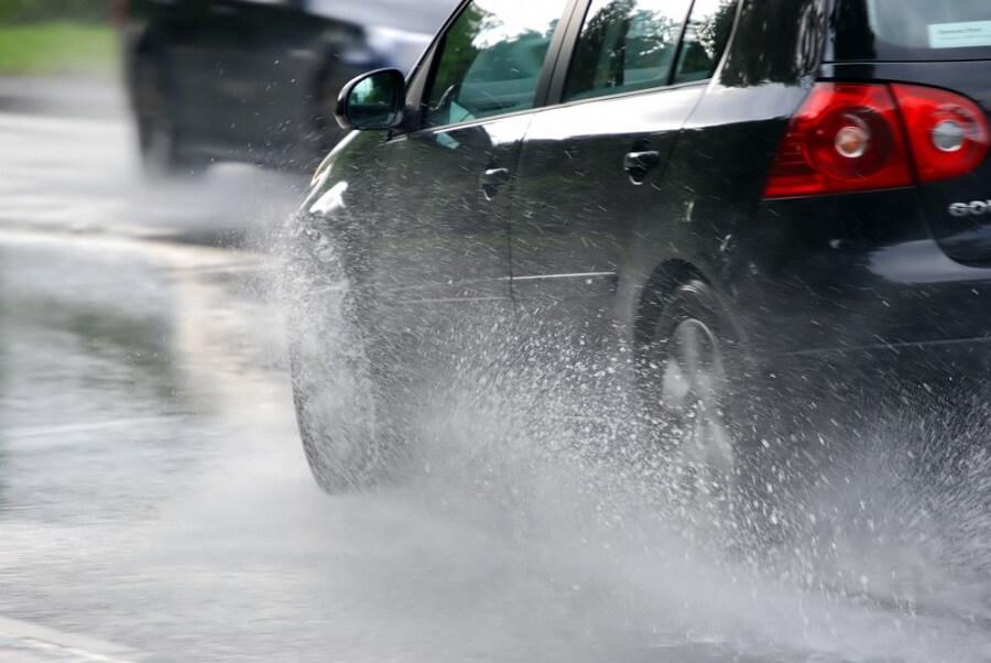 Kinh nghiệm lái xe đường trơn trượt - Giảm tốc độ ngay lập tức
